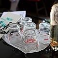 桌上的水瓶與水杯