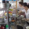 2位越籍的老闆娘正在櫃檯忙著準備餐點