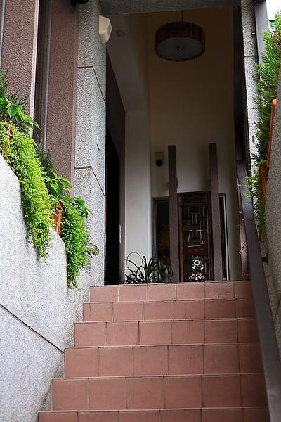 從小七旁的樓梯上樓到門口