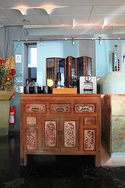 古董櫃與現代餐具