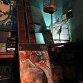 地上畢卡索的畫,頭頂鳥籠與彈珠台