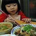 用筷子夾滷味