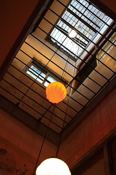 從二樓往上拍天井