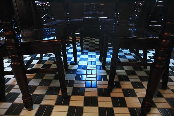 一樓店內座位,木桌及彷大理石地板.JPG
