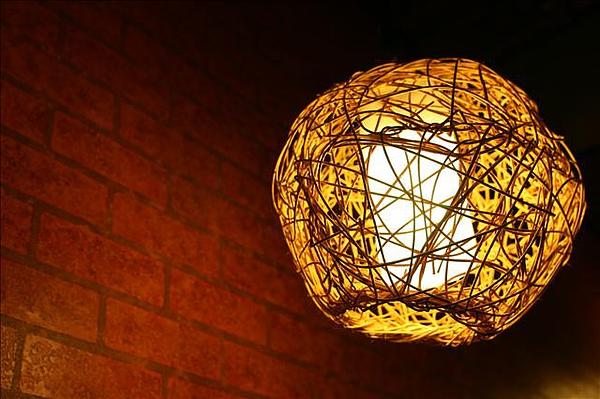 室內的藤編燈籠