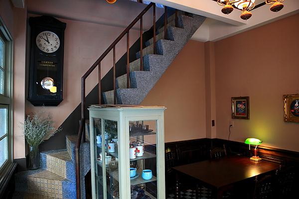 一樓店內座位,樓梯.JPG