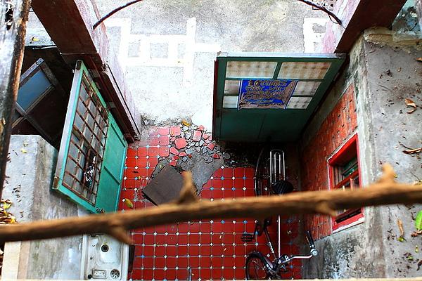 從二樓陽台看一樓的入口處