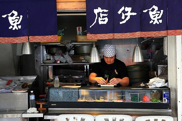 用一邊做日式的廚房,主廚正準備出菜.JPG