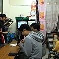 店內座位,大學生正在跟店家孫子玩