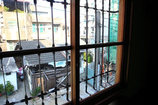 二樓,窗外,這裡很多老房子.JPG