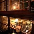 木製窗框還留著,窗外是海安路