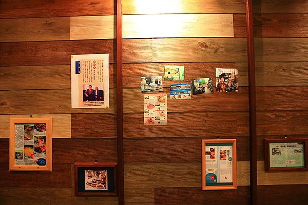 牆上是報章報導及照片