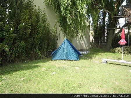 IMG_0799 後院就可以露營,有帳篷也有樹屋.jpg