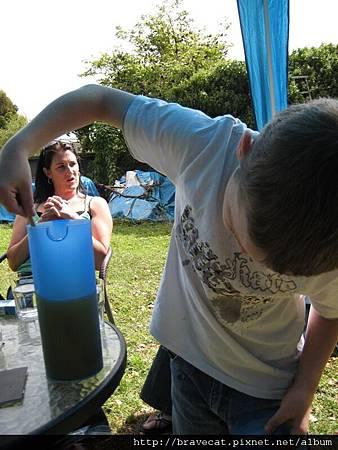 IMG_0800 Nathaniel正在泡發泡果汁給我喝.jpg