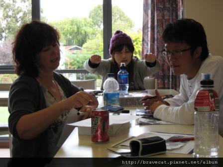 IMG_0010 CCEL-Yi Jae很認真的在請教老師,Mio看到我在拍照就在那邊搞怪,真可愛.jpg
