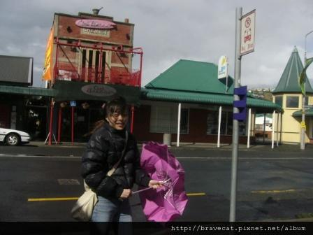 Sumner Beach-等bus,風超大的,連傘都撐不住.JPG