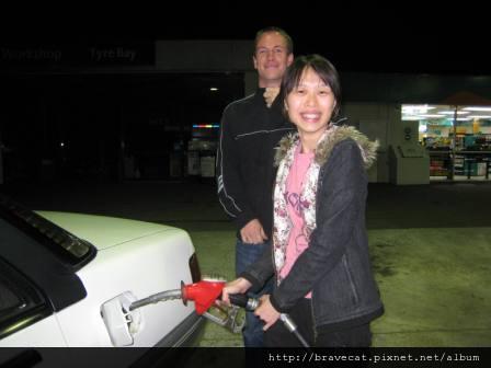 IMG_0689 NZ這邊是自助式加油,第一次加油一定要照相留念.JPG