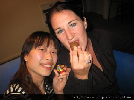 IMG_0580 Joanne & Me,這是我第一次過復活節唷,吃顆彩蛋應景吧.JPG