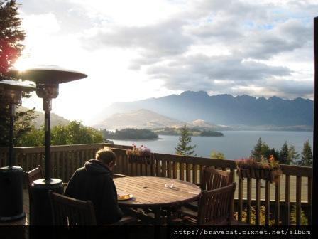 IMG_0986 QT-Queenstown Lodge,餐廳戶外美麗的景色.JPG
