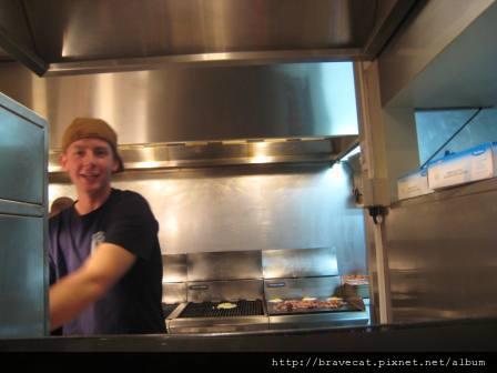 IMG_1087 QT-Furg Burger,好心的Burger Boy說要幫我們照相,明明自己久很忙耶.JPG