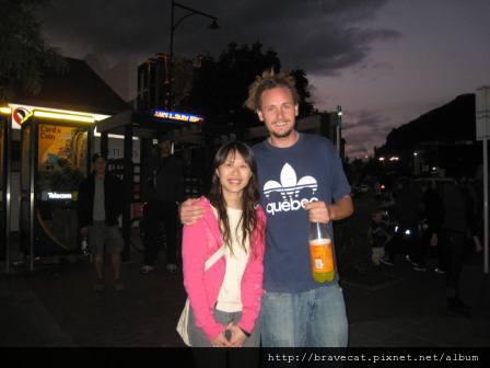 IMG_1088 QT-邋塌的奧蘭多布魯,他是街頭藝人,覺得他很像奧蘭多布魯所以要求合照,Michelle說我幹麻表現得那麼害羞.哎喲,我沒料到他會摟那麼緊麻.其實最經典的應該是他手上的寶特瓶.JPG