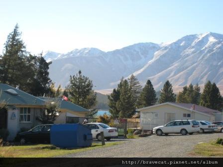 IMG_1337 Tecapo YHA-戶外,遠方是覆蓋皚皚白雪的庫克山.JPG
