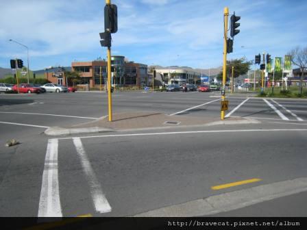 IMG_1550 案發現場,天啊,車子熄火了(就在Moorhouse & Madras的中間),趕快下來推車,叫Michelle控制好方向盤,還好對向車道有一個很英勇的男士立刻解下安全帶,幫忙我推車.JPG