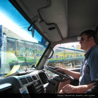IMG_1557 Shaun超大隻,很像超人卡通裡的爸爸塞在小車子裡面.JPG