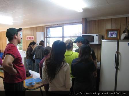 IMG_1838 Packhouse-員工休息室,只有一台微波爐,大家排隊熱便當.JPG