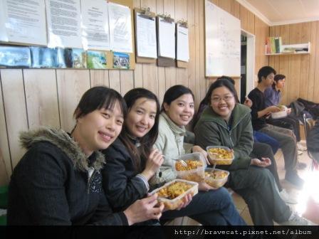 IMG_3005 Packhouse-要準備餐點是很頭痛的事,Pasta是最簡單的,這一天我們都帶Pasta,真是太巧了.Me & Selina & Sherry & May.JPG