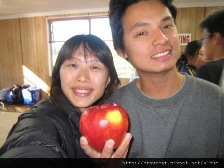 IMG_1665 Packhouse-Chow,包裝工廠的同事,知道我們想吃蘋果還特地拿一個大蘋果送給我們,快跟我的臉一樣大了.JPG