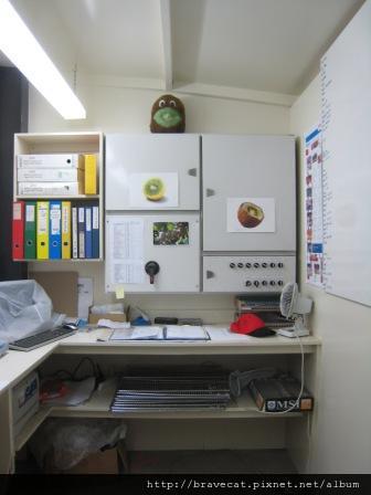 IMG_2796 Packhouse-奇異果守護神,聽說辦公室櫃子上面的那個娃娃是奇異果的守護神.JPG