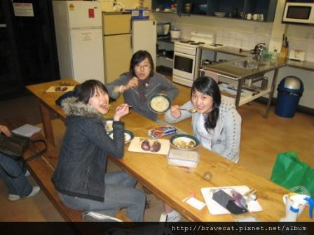 IMG_0094 Bakers Lodge-Yayoi的咖哩飯超級好吃,工作很累回來能吃到這麼棒的咖哩飯真幸福.Me &Seah & Youjin.JPG