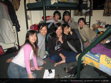 IMG_2837 Bakers Lodge-大家在房間裡存照片聊天.Selina & Fer & Sherry & Seah & Me & Youjin & Yayoi.JPG
