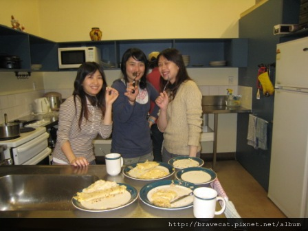 IMG_3124 Bakers Lodge-大家一起來Getting Fat吧,今晚的主題式蛋餅之夜,感謝Sherry的愛心.因為Sherry這幾天生病,我們熬粥給她喝,她為了謝謝我們所以作好吃的蛋餅給我們當消夜.Selina & Youjin & Me.JPG