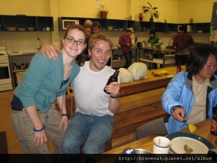 IMG_3452 Bakers Lodge-這一晚我們碰到從美國Muohio大學來的學生,便一起喝起來了Kelly(左女)酒量很好那晚喝了11瓶,她還自稱自己是坦克.她還教我們玩喝酒遊戲,因為大家搶著喝酒,怕酒不夠喝,所以他們就玩丟瓶蓋到杯子裡的遊戲,丟進去的人才能喝,Kelly & Rose,後面的同學也很搶鏡頭唷.JPG