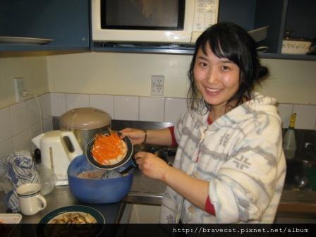 IMG_3477 Bakers Lodge-Youjin在示範如何做高麗煎餅.JPG