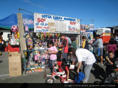 IMG_1747 Motueka - Sunday Market,這個攤子很像台灣的戳戳樂,因為有許多玩具,聚集了很多小朋友&家長.JPG