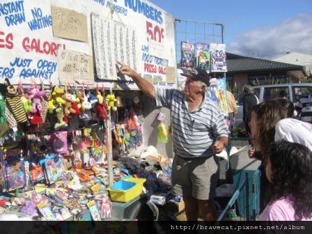 IMG_1748 Motueka - Sunday Market,戳戳樂老闆很好玩,還叫我們抽一個送給男朋友,三塊錢保證有獎.JPG