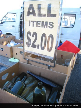 IMG_2271 Motueka - Sunday Market,2元雜貨舖,搞不懂爲什麼玻璃瓶要賣兩元.JPG