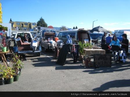 IMG_2283 Motueka - Sunday Market,家裡舊貨都都來賣,沙發.摩托車.JPG