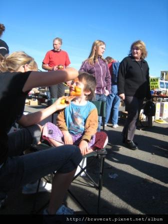 IMG_2291 Motueka - Sunday Market,這個禮拜有幫小朋友臉部彩繪的攤子,這小朋友在被畫的時候還學老虎吼了一聲,他的表情好Q唷.JPG