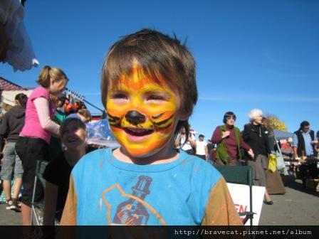 IMG_2297 Motueka - Sunday Market,吼~我是老虎,小朋友一畫完就跑到我的鏡頭前現給我看,好可愛好可愛.JPG