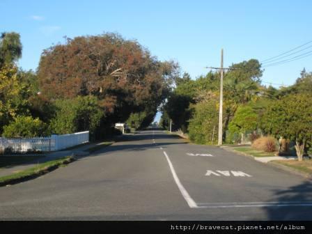 IMG_1676 Motueka - Harbour Road,要去海邊的路上,感覺像是一條祕徑很悠閒&寧靜.JPG