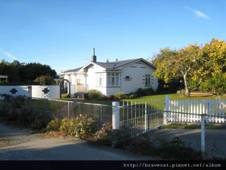 IMG_1678 Motueka -這條路上的房子都好可愛,忍不住多照幾張(Harbor Rd).JPG