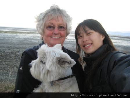 IMG_1708 Motueka - 蹓狗的媽媽跟我一起合照,我跟她說我是來Working Holiday的,她很nice的祝福我Enjoy life in NZ.JPG