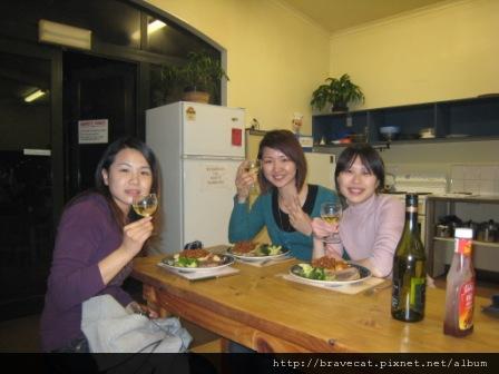 IMG_2530 Bakers Lodge-Emily三個月CCEL的課程期滿要回台灣了.臨走前她特地來Motueka看我們,超感動的.Michelle & Emily & Me.JPG