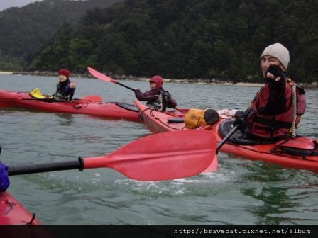 IMGP7392  Kiwi Kayaks - 如果一般人比這個姿勢我一定覺得他流氣了,不過帥的人比就是不一樣.JPG