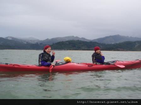 100_4602 Kiwi Kayaks - Serry & Selina一組,部要顧著比YA,要記得划啊.JPG