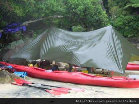 DSCN2631 Kiwi Kayaks - 因為下雨,用獨木舟+船槳搭起的臨時雨棚.JPG